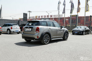 MINI COUNTRYMAN 右后45°