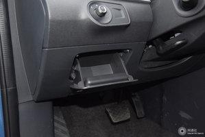 荣威ei6 驾驶席左侧下方储物格