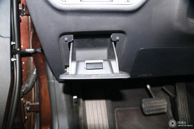 驾驶席左侧下方储物格