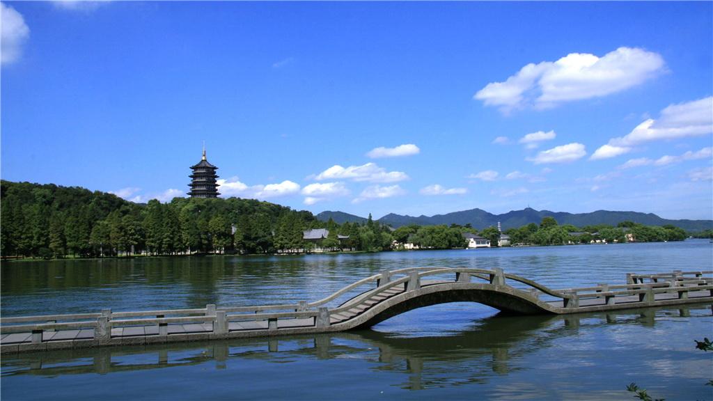 西湖(浙江杭州) 西湖一年四季都有美景,春天的桃柳,夏天的荷花,秋天的