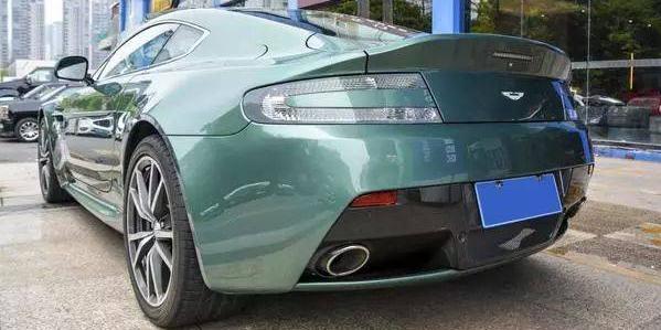 曾经世界上最美的跑车——阿斯顿马丁 V8 Vantage