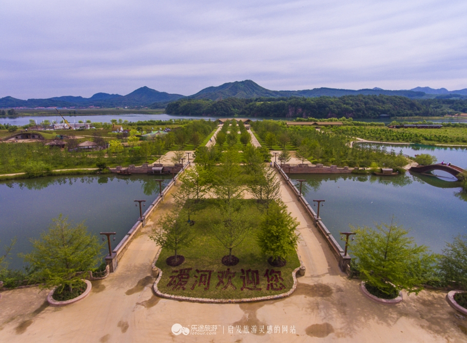 """草河最终流入的地方叫做叆河,在叆河上有个迷人的风景区,叫做""""爱河"""