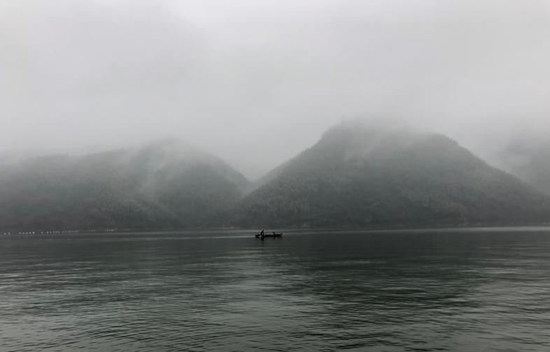 游轮过后,一页扁舟又在碧波上轻轻荡起,对面的竹山和湖面已成一色,湖对面的居民平时出入就依赖于小船了 大船,小舟都驶过去了,湖面空余微波,山色淡淡,烟锁朦胧,此情此景,唯有欣赏! --> 长安夜奔大别山 此行由来:这是一次说走就走的故乡之行,因为计划元旦左右回老家看下老父老母,时间关系也就只能定在阳历年前的这个周末了,如果一个人那就选择高铁,单程3个小时,非常方便,但是突然有帝都朋友来湘,听说我要回老家一趟,于是乎一行四人选择了自驾,单程700KM,开车倒不是太累,所以说走就走,把时间又往前提前了半天,