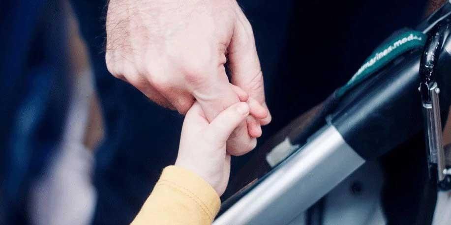 妻子刚生娃,丈夫离家出走,遇到不靠谱的爸爸怎么破?