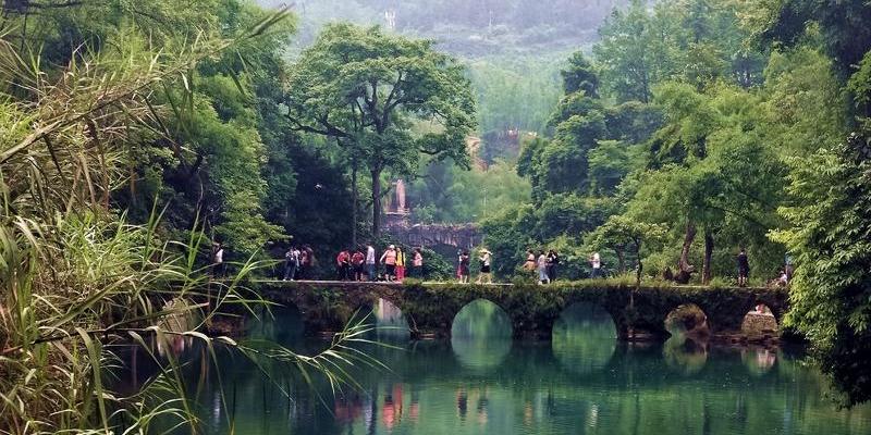 贵州的荔波小七孔景区 观赏一下气势壮观的瀑布