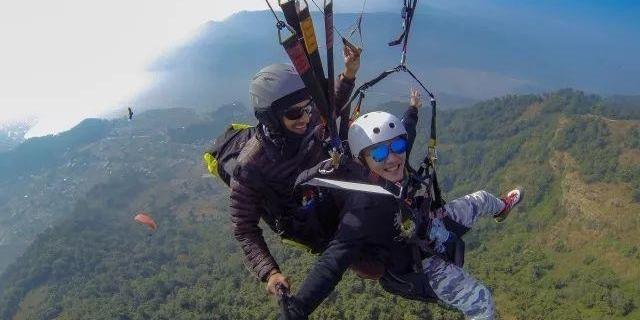 尼泊尔第二大城市博卡拉 有雪山、镜湖和五彩斑斓的滑翔伞