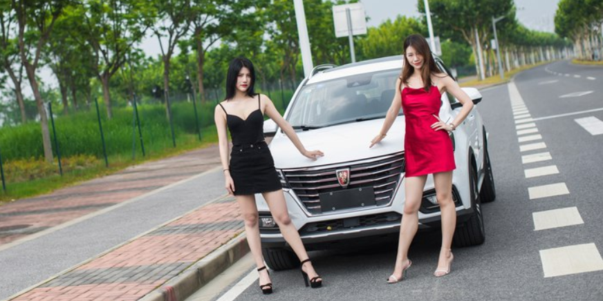 三伏天里荣威RX5约会二位性感小姐姐