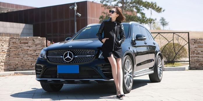 有性能又兼顾家用 长腿妹子撩奔驰GLC AMG