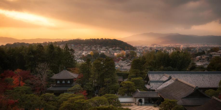 在日本京都古城里 欣赏黄昏下宁静的美