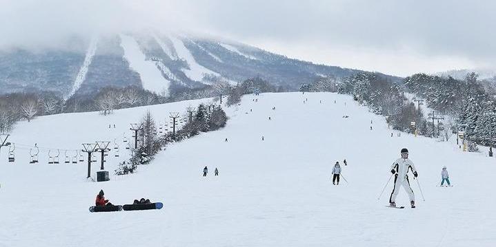 在日本北海道 安比滑雪场滑雪  享受滑雪的快感
