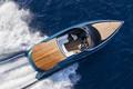 阿斯顿马丁AM37快艇 最高时速83.3公里