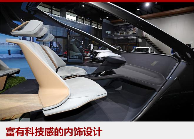 BMW i未来概念座舱拥有简约、明快的设计,为乘客带来家一般的感觉,打造一个数字化的私人移动生活空间。同时驾驶者可通过横贯仪表台和整合全部显示功能的超大中央显示屏幕与车辆进行信息互动。当实现自动驾驶和高度互联时,驾驶者和乘坐者都将获得大量可支配时间,用于车内的休息、办公或娱乐。