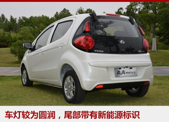 """外观方面,奔奔mini-e与奔奔mini基本一致,但在车标上将长安汽车Logo换成了长安欧尚Logo,所以预计在销售方面将与长安欧尚其他车型共渠道。新车整体造型较为小巧圆润,也符合其微型车的定位,尾部的""""奔奔mini-e""""标识也表明了其新能源车的身份。"""
