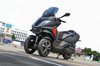 大都会中优雅撞风 试标致Metropolis 400摩托车